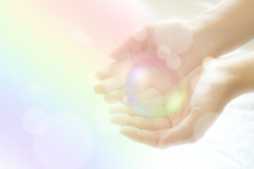 虹 七色 玉 受け取る 享受 与える エネルギー パワー チャクラ ギフト 贈り物 スピリチュアル 夢の中 夢 感謝 至福 幸福感 女性 女性の手 指 手 手の平 掌