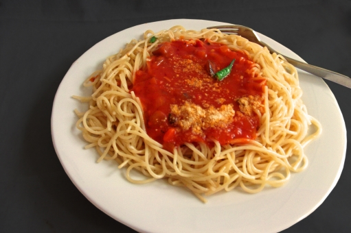 pasta パスタ スパゲッティ スパゲティー 麺 めん類 麺類 トマトソース 夏野菜 洋食 西洋料理 イタリアン イタリア料理 イタ飯 型抜き 黒バック 食べ物 食品 食材 料理 調理 gourmet グルメ 食事 食卓 食事の風景 食卓の風景 加工食品 食糧 食料品