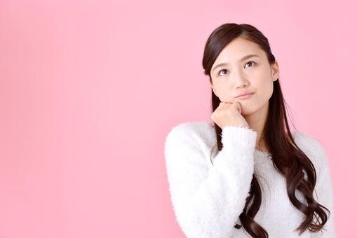 人物 女性 日本人 若者 若い  20代 美人 かわいい ロングヘア カジュアル  ラフ 私服 セーター ニット 屋内  スタジオ撮影 背景 ピンク ピンクバック ポーズ  おすすめ 上半身 考え事 考える 悩む 迷う 首をかしげる 疑問 mdjf007
