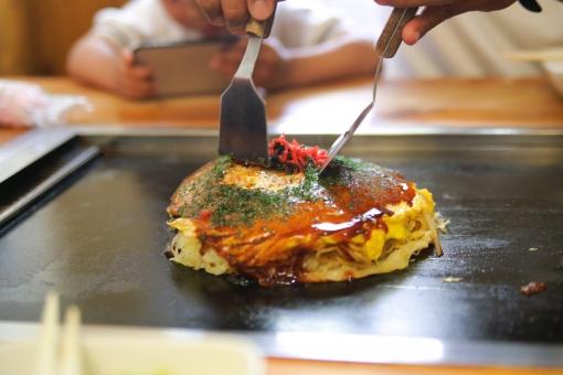 お好み焼き お好み焼 お好み焼き屋 外食 鉄板 熱々 アツアツ 紅生姜 ソース お好みソース 青のり 美味しそう 美味しい コテ こて テコ てこ ヘラ へら 焼きたて 出来立て 食べ物 粉物