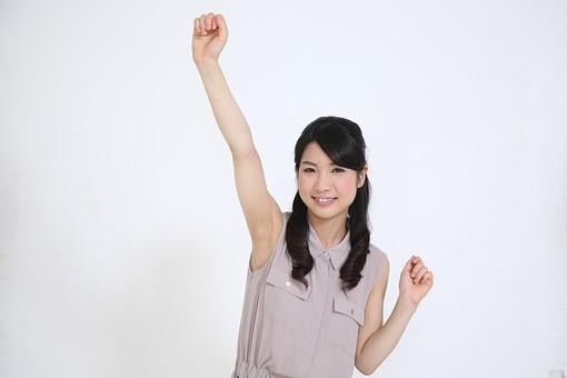 白背景 白 余白 素材 若者 20代 30代 女性 人物 お姉さん 黒髪 ロングヘアー カールヘアー ナチュラル 笑顔 ノースリーブ 人 サイン 手 ハンド 閃き 夏 切り抜き 喜ぶ 表現 嬉しい やったー 手を上げる 気合い 拳 日本人 mdjf014