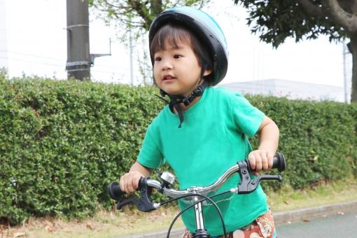 ストライダーで走る子供の写真