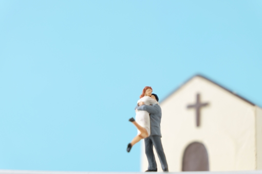 抱っこする 抱きつく 抱きしめる だっこ 抱き合う 抱擁 抱っこ 女子 女性 女の子 女 男子 男性 男の子 男 恋人 カップル 恋 愛 幸せ プロポーズ 告白 嬉しい 愛する 人 人形 フィギュア ミニチュア 若い 若者 結婚 デート 関係 一緒 ラブ love ブライダル ウェディング ウエディング 教会 チャペル 青空 空 晴れ