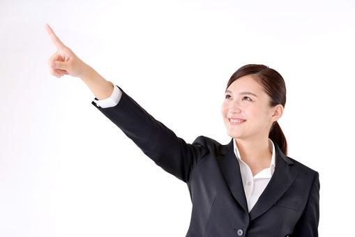 人物 日本人 女性 若い 若者  20代 スーツ 就職活動 就活 就活生  社会人 OL ビジネス 新社会人 新入社員  フレッシュマン 面接 真面目 清楚 屋内  白バック 白背景 上半身 指差し 指さす 上 目標 目指す 注目 ビジネスマン mdjf007