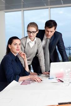 ビジネス 仕事 ビジネスマン 会社 会社員 グローバル インターナショナル 外国人 白人 男性 シャツ ネクタイ スーツ ビジネスウーマン キャリアウーマン 女性 スタイリッシュ タイトスカート チーム 仲間 同僚 上司 ボス 20代 30代 40代 ビジネスチーム プロジェクトチーム プロジェクト 室内 オフィス ガラス 窓 会議室 会議 打ち合わせ ノートパソコン ラップトップ ラップトップコンピューター 見る 囲む 3人 三人 カメラ目線 部下 mdff131 mdff132 mdfm070