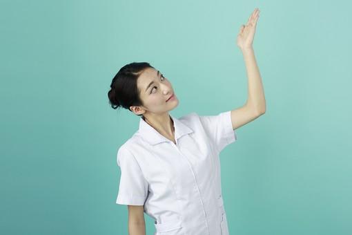 人物 女性 日本人 20代 30代  仕事 職業 医療 病院 看護師  ナース 医者 医師 女医 白衣  看護 屋内 スタジオ撮影  背景 グリーンバック  おすすめ ポーズ 上半身 案内 説明 アドバイス 上 見上げる 薬剤師 mdjf010 グリーン 緑