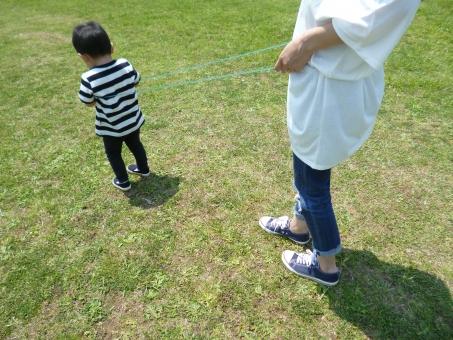 公園 散歩 手 女性 なわとび 遊び 親子 スニーカー 子供