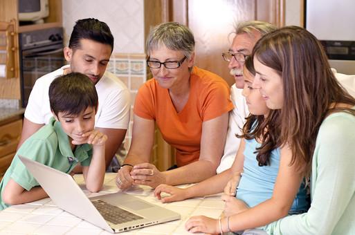 外国 海外 屋内 部屋 室内 リビング 人物 外人 外国人 家族 ファミリー 親子 三世代 三世代家族 祖父母 祖母 祖父 おじいちゃん おばあちゃん お父さん 父親 娘 息子 男の子 女の子 子供 こども 子ども 集まる パソコン インターネット 見る 団欒 老人 シニア 30代 60代 70代 母親 お母さん mdjms003 mdfs006 mdmk007 mdfk010 mdfm040 mdff069