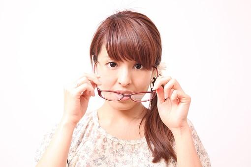 人 人間 人物 人物写真 ポートレート ポートレイト 女性 女 女の人 若い女性 女子 レディー 日本人 茶髪 ブラウンヘア セミロングヘア  白色 白背景 白バック ホワイトバック  手 指 ポーズ  手のポーズ  ポニーテール メガネ 眼鏡 外す mdfj012