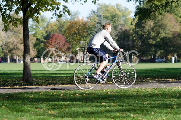 サイクリングをする外国人モデル3の写真