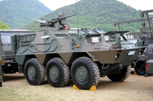 装甲車 特殊車両 陸上自衛隊 自衛隊 訓練 部隊 迷彩 迷彩色 演習 練習 模擬訓練 軍備 陸軍 軍隊 ミリタリー 防衛 装甲 銃 機関銃 武器 車両 駐屯地 屋外 日本 正面 並ぶ 並べる アップ 展示 乗り物 複数 無人