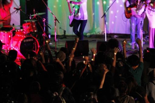 ライブ ライブハウス 音楽 楽器 ミュージック 演奏 演奏家 演奏会 発表会 コンサート 披露 クラブ ステージ 趣味 イベント 道具 機材 装置  プレー パフォーマンス プレイ 弾く 生演奏 会場 ミュージシャン アーティスト 人物 ギター ベース ドラム バンド ライト 照明 スポットライト 観客 ファン