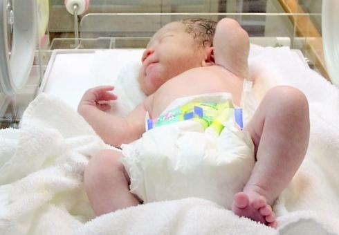 生まれたて 赤ちゃん 赤ん坊 新生児 0歳 嬰児 出生 出産 生まれたばかりの赤ちゃん 生まれたての赤ちゃん 目が開いてない赤ちゃん オムツ おむつ 誕生 誕生日 保育器 元気 ここあ