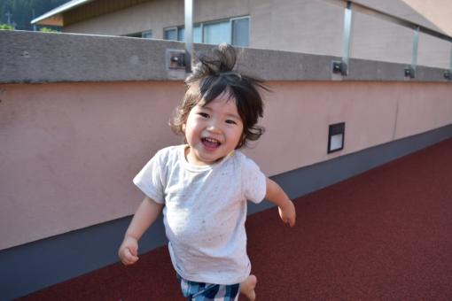喜び 歓 走る 走り回る こども 子供 疾走感 躍動 躍動感 疾走 マラソン ランニング 赤ちゃん あかちゃん くせっ毛 天然パーマ パーマ 1歳 2歳 3歳 夏 半袖 短パン ハーフパンツ