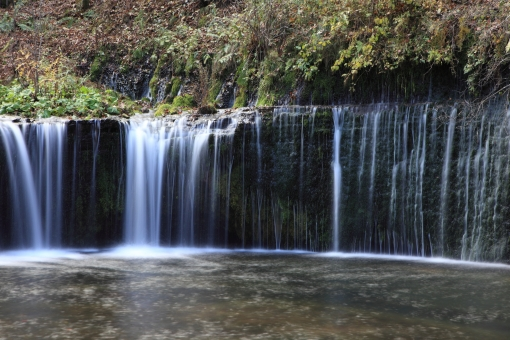 白糸の滝 紅葉 水量豊か マイナスイオン 滝つぼ