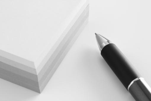 付箋紙 メモ帳 ボールペン めも帳 用紙 素材 ビジネス オフィス ツール 伝言メモ 手書き 筆記用具 書く 記録する メモする イメージ 作業 仕事 会社 企業 メモを取る 問い合わせ ボード 台紙 下地 バック ウェブ ブログ ホームページ 道具