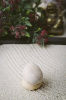 和 和風 禅イメージ 庭 石 枯山水 砂 砂紋 レーキ 日本 日本庭園 日本文化 庭園 わびさび 和寺 石庭 造園 伝統 白砂 風景 イメージ 京都  縁側 風景 緑 植物 アップ 積み重なる