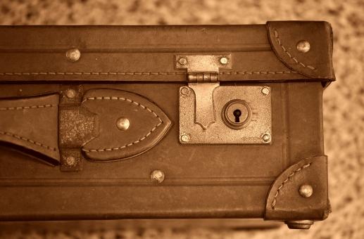 トランク 革 古い 鍵穴 鞄 古物 ノスタルジー 旅行 骨董 横引き錠 セピア