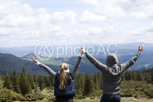 見晴らしの良い場所に立つカップル15の写真
