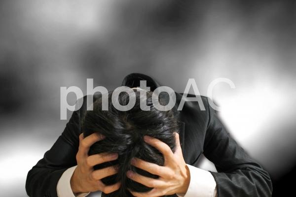 頭を抱えるビジネスマン1の写真