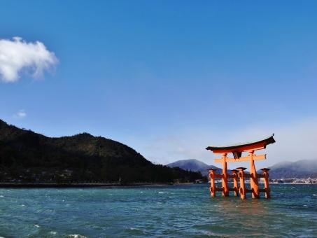 大鳥居 厳島神社 宮島 広島 神社 海 青空 朱色 青 風景 正月 日本 赤 鳥居 年賀状 旅行