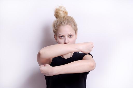 フィットネス写真 人物 1人 外国人 白人 セルビア人 女性 大人 若い 金髪 スポーツ フィットネス エクササイズ 体操 運動 トレーニング シェイプアップ ダイエット 引き締め ヨガ ピラティス 屋内 スタジオ ジム クラブ 美 美容 健康 ボディ スリム 脂肪 筋肉 筋トレ ストレッチ 腕 Tシャツ 上半身 にらむ 持ち上げる 護る 抱きしめる 孤独 妄想 mdff014