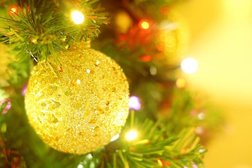 クリスマス 冬 イルミネーション 背景 オーナメント クリスマスオーナメント Christmas Xmas グラスボール 季節 飾り 背景素材 コピースペース 金色 キラキラ クリスマスツリー ツリー