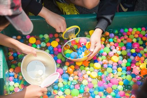 ボールすくい スーパーボール 黄色 オレンジ 赤 紫 緑 青 ピンク 水 プール イベント 屋台 遊び 出店 お祭り 催し 祭事 催事 子供 キッズ 幼児 水風船 楽しむ エンジョイ 縁日 祭