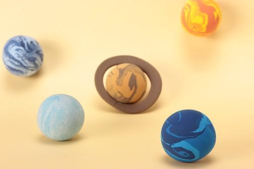 クレイ クレイアート ねんど 粘土 クラフト 立体 イラスト スタジオ撮影 素材 宇宙 天体 星 惑星 太陽系 公転 回転 科学 天文 土星 金星 天王星 海王星 冥王星 背景 黃 クリーム色