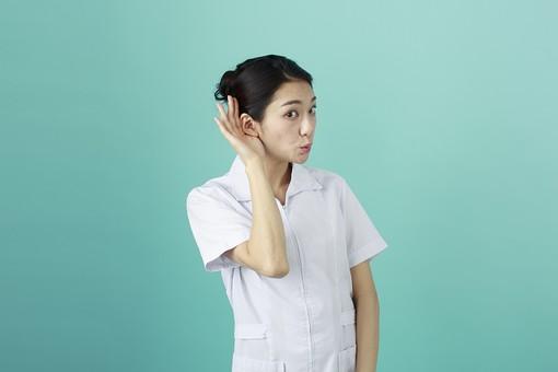 人物 女性 日本人 20代 30代   仕事 職業 医療 病院 看護師  ナース 医者 医師 女医 薬剤師  白衣 看護 屋内 スタジオ撮影 背景  グリーンバック おすすめ ポーズ 上半身 耳を澄ます 聞く 手を当てる 聞こえない mdjf010