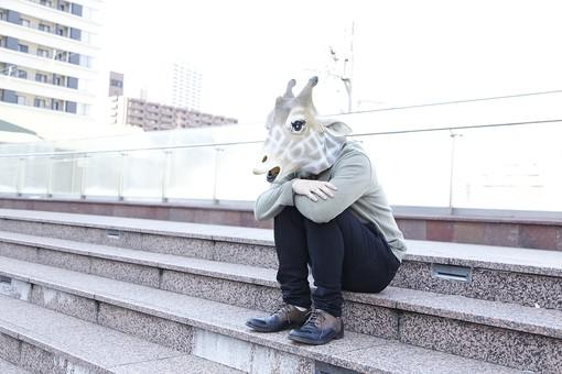 動物 動物マスク 人物 人間 ビジネス 会社 社員 会社員 男性 サラリーマン 1人 キリン 屋外 階段 座る 落ち込む 元気がない しょんぼり 孤独感 寂しい 悩み事 心配事 考え事 考える ぼんやりする 全身 LionPresident