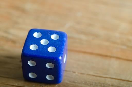 数字 目 さいころ サイコロ ダイス ゲーム ギャンブル 賭け事 賭博 カジノ 勝負 運 玩具 おもちゃ 娯楽 複数 アップ 屋内 室内 テーブル 床 素材 青 1個 双六 すごろく 5