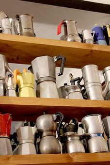 直台式  エスプレッソマシン 手動 棚 イタリアンカフェ バール コーヒー 取手 把手 コレクション 入れ物 容器 飲食 抽出 沢山 並ぶ 集まる 器具 ポット エスプレッソ 直火式 エスプレッソメーカー 料理 板 木目 横並び