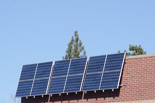 ソーラー ソーラーパネル 青空 空 晴れ 晴天 天気 エコ 環境 電気 電力 自然 オール電化 太陽電池 発電 太陽光 光 節電 節約 住宅 屋根 屋上 熱 緑 グリーン 木 日光 ブルー スカイブルー ソーラーハウス