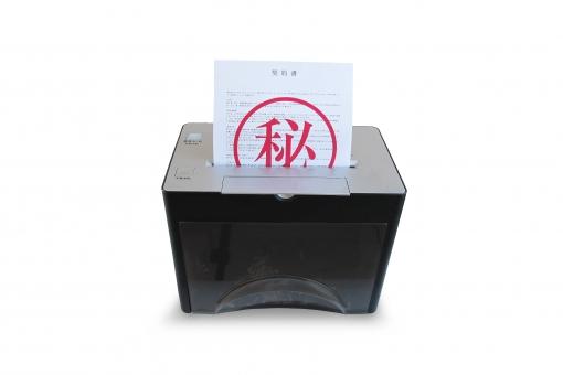 機密書類をシュレッダーするの写真