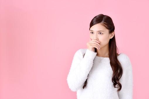 人物 女性 日本人 若者 若い  20代 美人 かわいい ロングヘア カジュアル  ラフ 私服 セーター ニット 屋内  スタジオ撮影 背景 ピンク ピンクバック ポーズ  おすすめ 上半身 ショック ハッとする 驚く 口に手を当てる mdjf007