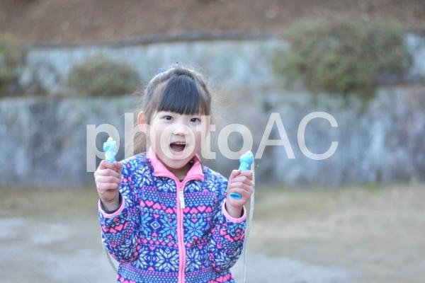 なわとびを持つ子供の写真