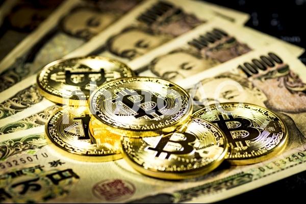 ビットコインと一万円札の写真