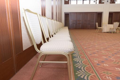 参加者 参列者 待合室 式場 イス カーペット 会議 セレモニー 室内 待機 座る 並ぶ 整列
