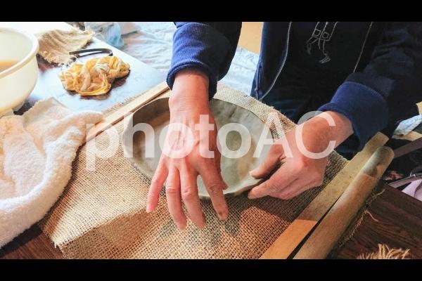 手びねり陶芸 女性の手の写真