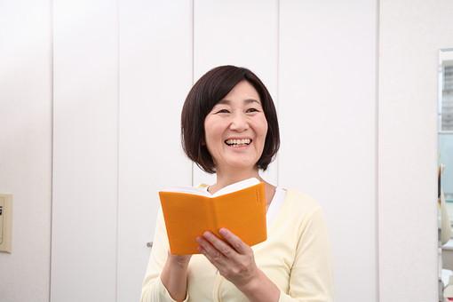シニア 老人 おばあちゃん 中年 おばあさん 女性 手帳 ノート スケジュール メモ 予定 確認 笑顔 人物 日本人 60代 記録 管理 日記帳 屋内 室内 部屋 スマイル 楽しみ 上半身 ライフスタイル シニアライフ mdfs002