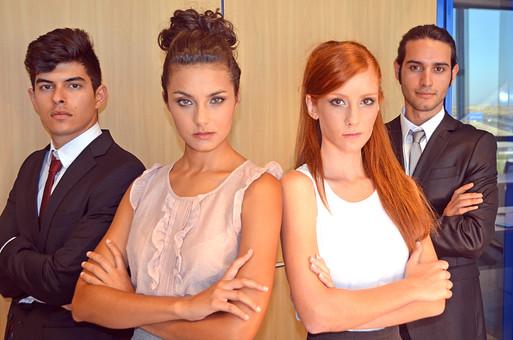 会社 オフィス ビジネス 仕事 職場 屋内 室内 働く スーツ 人物 男性 女性 ネクタイ 上司 部下 先輩 後輩 白人 インターナショナル 外国人 外人 外人男性 外人女性 白人女性 白人男性 グローバル 同僚 腕組み 並ぶ mdff125 mdff126 mdfm071 mdfm072