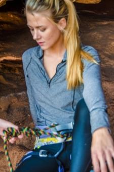 人間 人物 ポートレート ポートレイト 女性 外国人 外国の女性 外国人女性 ブロンド 金髪 トレーニングウェア スポーツウェア 岩 岩肌 岩石 ロック 自然  岩場 クライミング 岩登り ロッククライミング  準備 支度 用意 ザイル ロープ 座る 腰かける 腰を下ろす 俯く 下を向く 装着 mdff111
