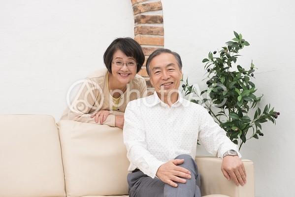 寄り添うシニア夫婦2の写真