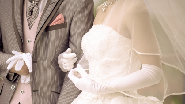 花嫁 花婿 手袋 タキシード ウェディング ウェディングドレス ベール カップル 夫婦 新婚 男性 女性 エスコート 結婚式 幸せ ブライダル 愛 ラブ 手袋 メモリアル セレモニー マリッジ 披露宴 挙式 美しい ビューティフル カップル 恋人 永遠 助け合う