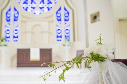 チャペル 教会 花 ステンドグラス 白 ウエディング 青 グリーン ブルー 緑 神 キリスト教 セレモニー 花嫁 花婿 結婚式 式 ブライダル 祭壇 ボケ