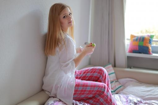 リラックス プライベート 外国人 女性 女 20代 白人 ブロンド ブロンドヘヤ 金髪 ロングヘア パジャマ ルームウェア 部屋着 自室 部屋 休日 休み まったり 窓際 全身 ベッド 布団 クッション チェック ひとり 寝起き 朝食 朝ごはん ヨーグルト シリアル スプーン 振り向く カメラ目線 mdff010
