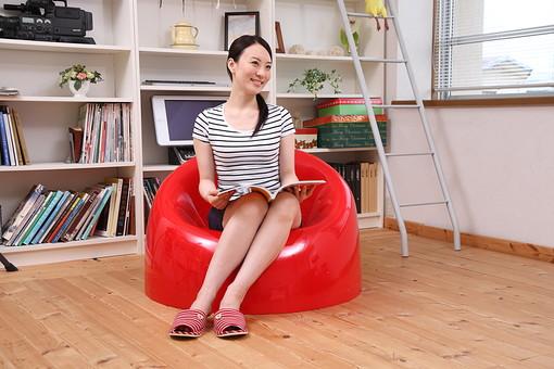 女性 若い女性 女 人物 部屋 一人暮らし リラックス 日本人 ライフスタイル 20代 休日 笑顔 スマイル イス 椅子 雑誌 座る くつろぐ 寛ぐ のんびり リビング 休み オフ ソファ 全身 生活 暮らし mdjf001