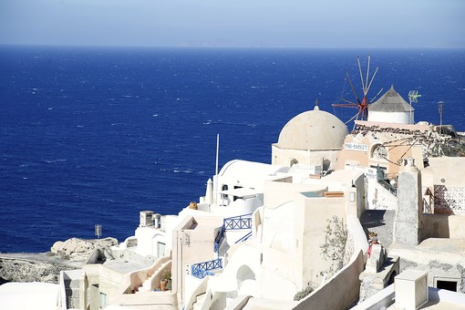 外国 海外 ヨーロッパ ギリシャ エーゲ海    地中海 サントリーニ島 屋外 外 旅行    観光 風景 景色 街並み 町並み   街角 建物 建造物 伝統的 建築  海 空 断崖 丘 密集 開放感 高台 青空