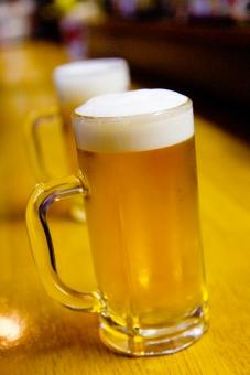 生ビール ビール 酒 お酒 居酒屋 飲み屋 ジョッキ 凍ってる 冷えている 泡 金色 仕事終わり 一杯 至福の一杯 飲む 呑む 酒類 酔う 酔っ払う 乾杯 コピースペース グラス 取っ手付き 一緒に飲む 一緒 二つ 2 縦位置